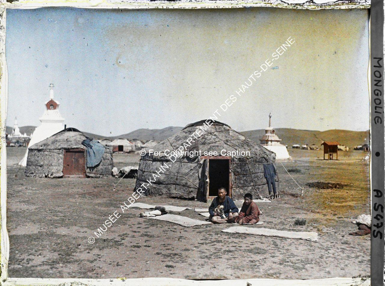 Children in front of yurts and stupas, South-East of Jarankhashar stupa. Musée Albert-Kahn. A5475. P